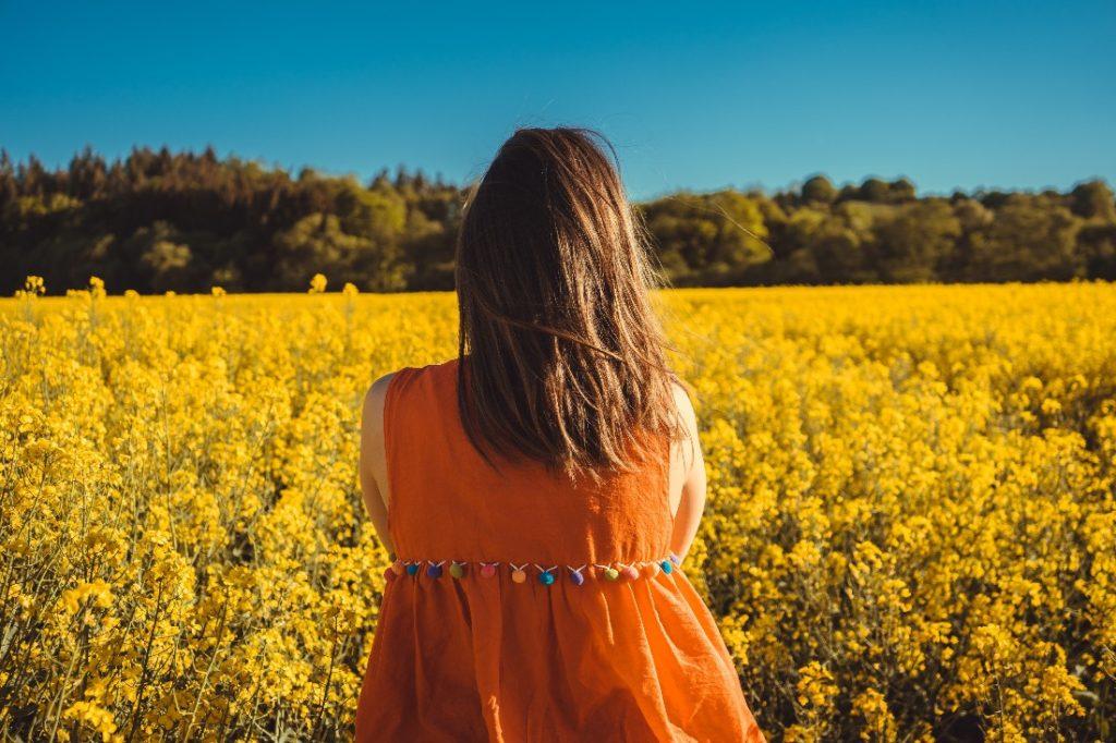 Frau gelbe Wiese frei von negativen Gedanken
