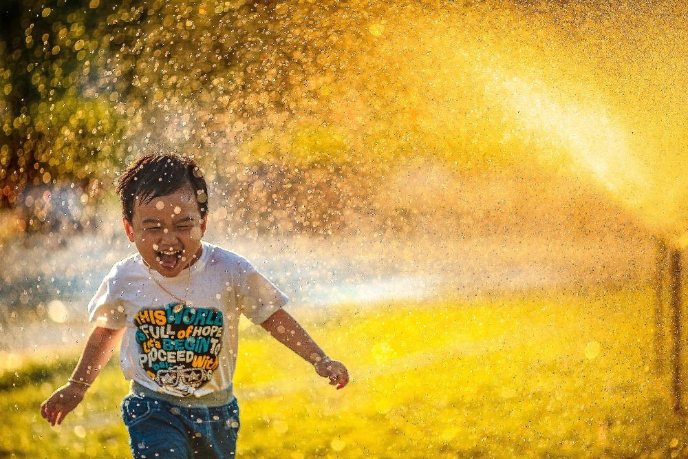 lachendes kind glücklich sein